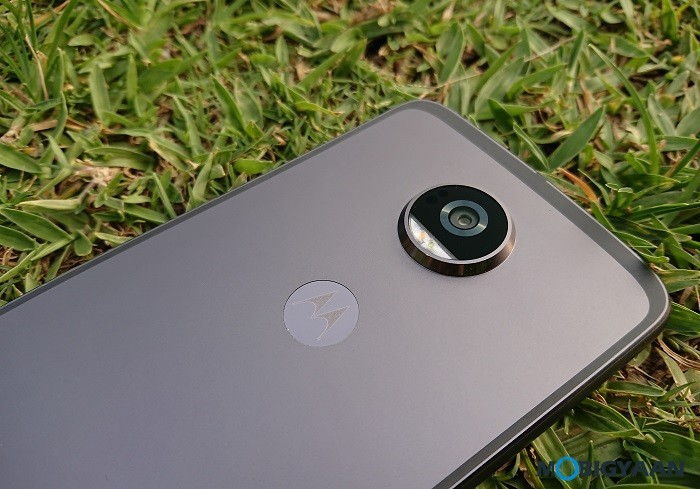 Motorola-Moto-Z2-Play-Hands-on-Review-Images-1